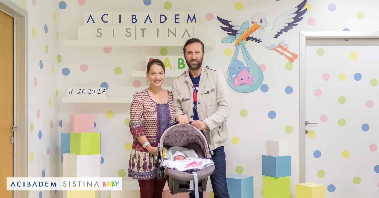 Сашко Коцев, сопругата Смиљана и малата Јоана си одат дома